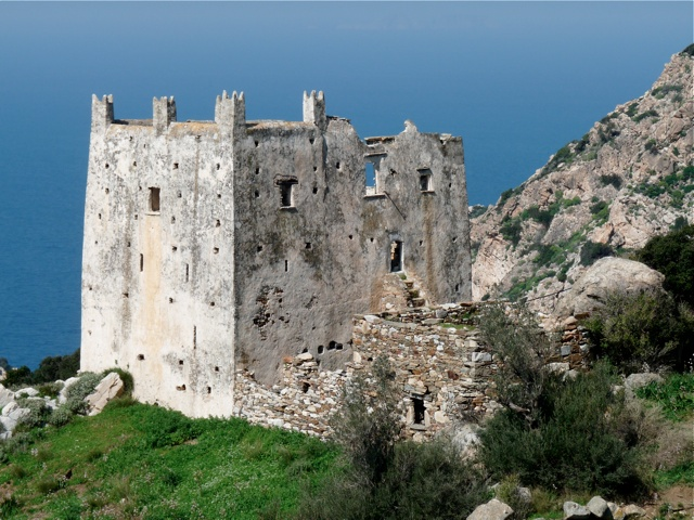 Der Wehrturm und das Kloster von Agia