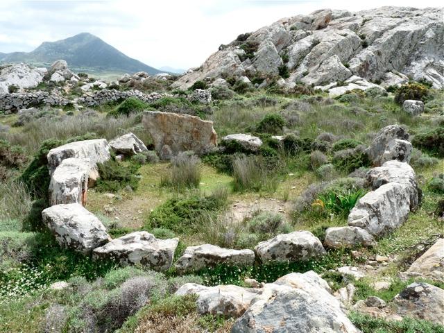 Friedhof der geometrischen Zeit mit Steinkreisen